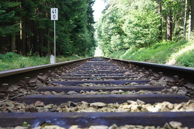 Lange Strecke: Modelleisenbahn Gleise bis zum Horizont